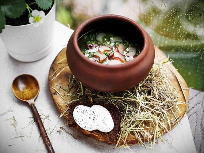 Щи из ревеня, блюдо из нового летнего меню White Rabbit, с традиционной для ресторана сувенирной ложкой, которую съевший щи гость может взять с собой на память.