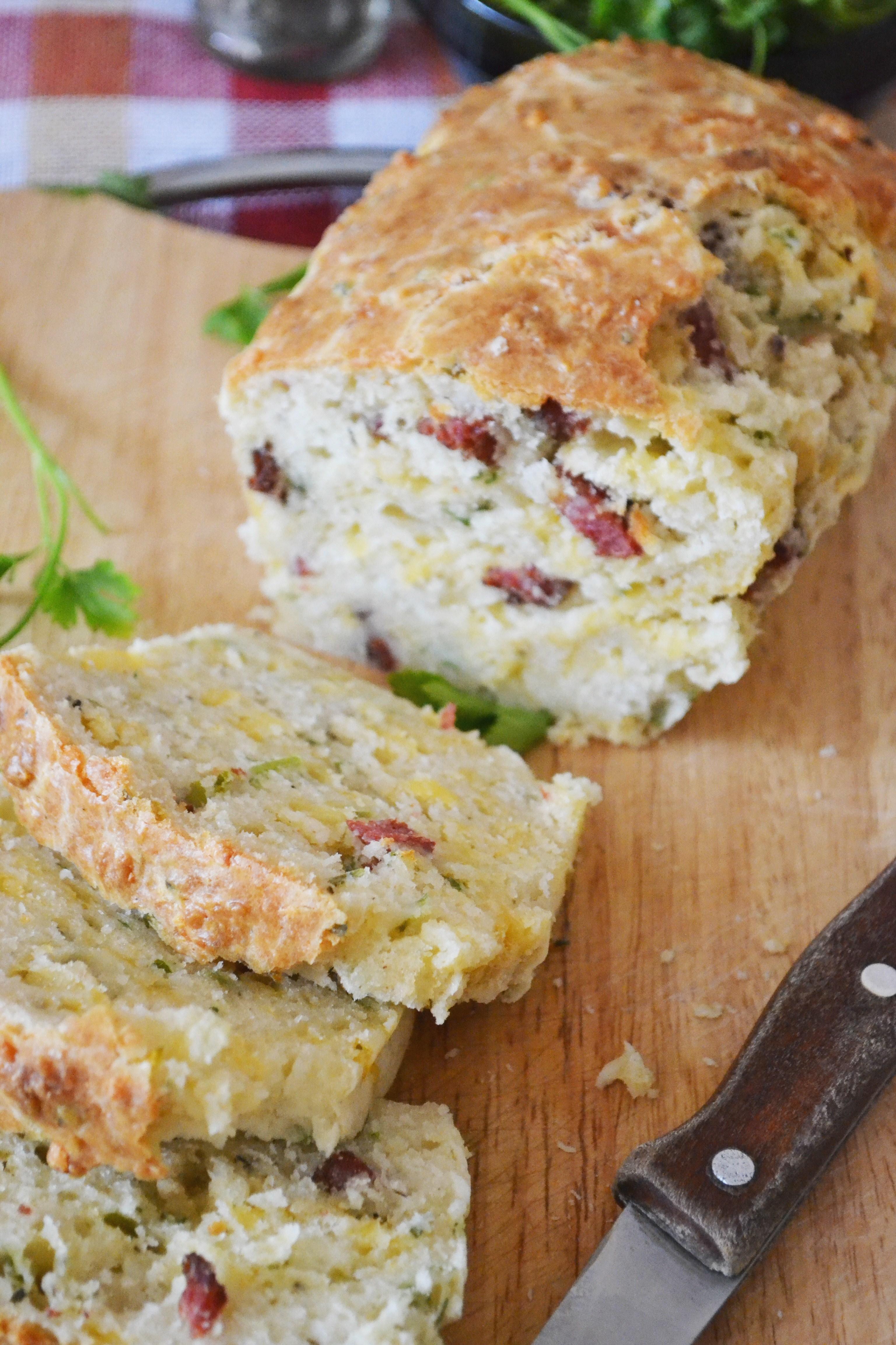Хлеб с копченым беконом и сыром чеддер