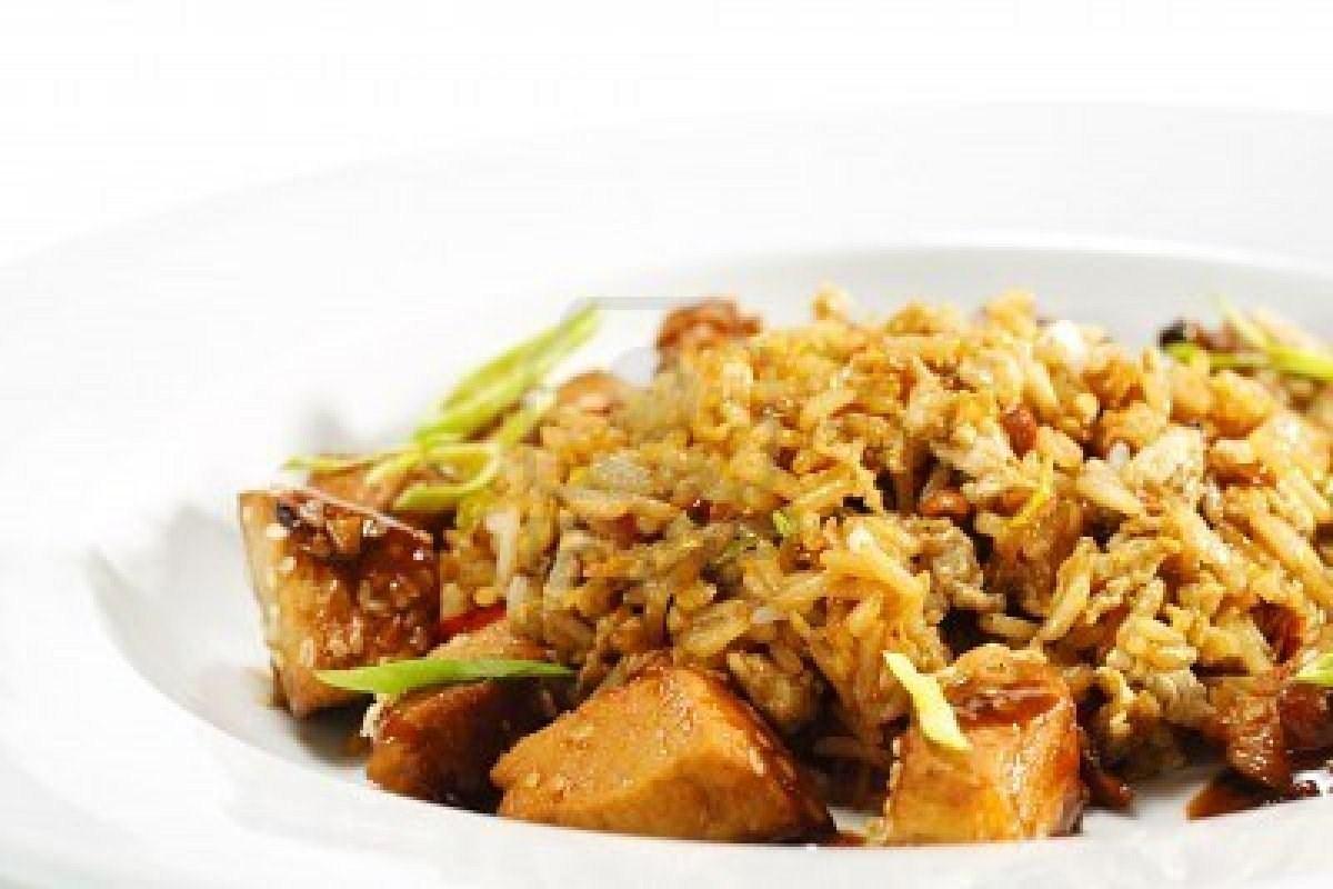 Жареный рис с курицей и яйцом рецепт