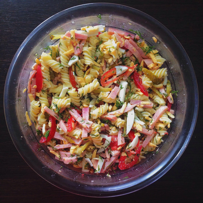 куриный салат с горошком сыром и сухариками Рецепт