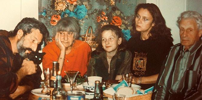 Сациви — обязательный элемент застолья в семье Цигаля (на фотографии — с мамой Мирэль Шагинян, дочкой Мариэттой, женой Любовью Полищук и папой Виктором Цигалем)