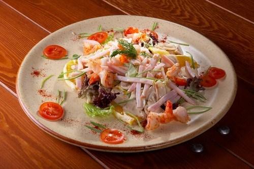 Салат с кальмарами и ветчиной