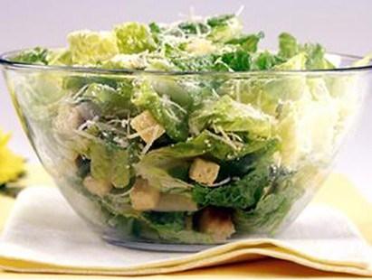 В салат цезарь входит сыр