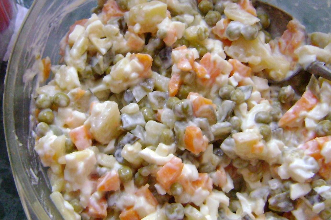 Салат с кальмарами морковью и огурцами