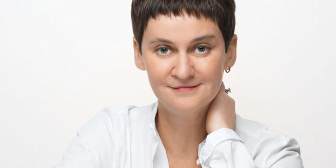 Обозреватель «Огонька» Ольга Ципенюк — бывший креативный директор «Коммерсанта»: это она придумала слоганы «А мы крепчаем» и «Не боимся главного». И еще она, между прочим, написала новые тексты к старым песням в «Стилягах» Валерия Тодоровского.