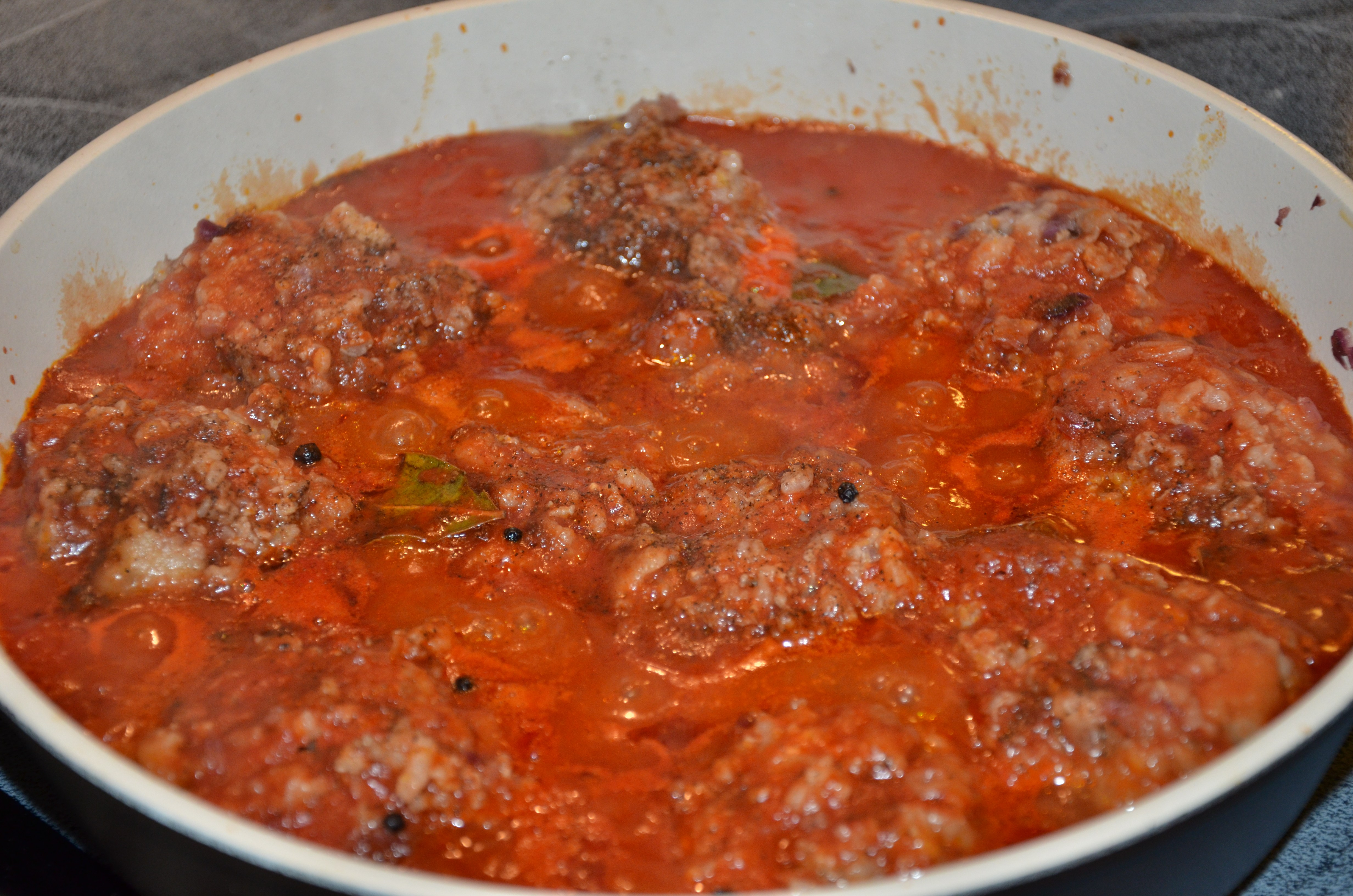 Тефтели с рисом в томатно-сметанном соусе запеченные в духовке