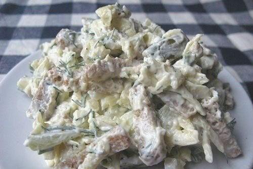 Салат с солеными огурцами и курицей и сухариками