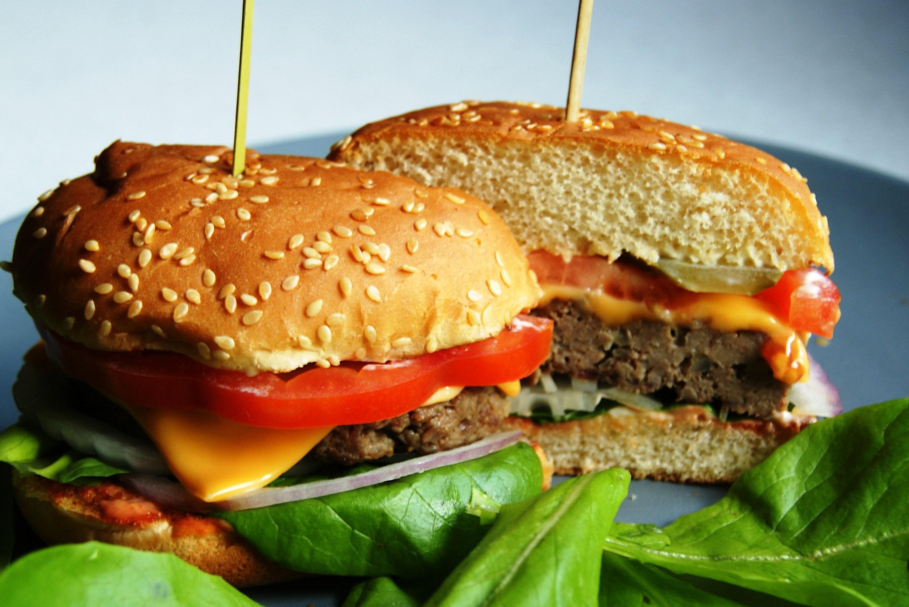 Бургер с котлетой гриль из рубленной говядины