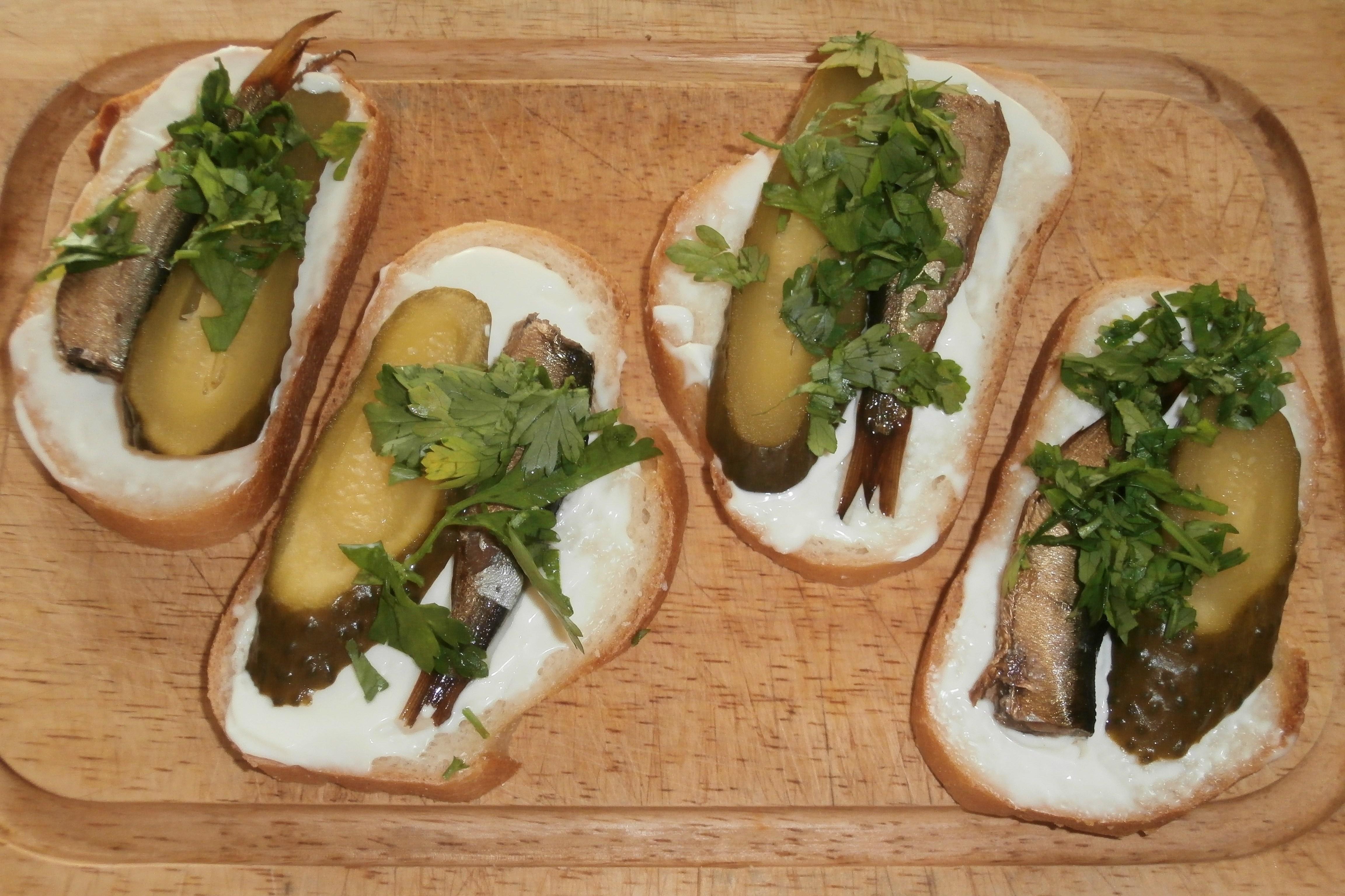 Бутерброды с шпротами и огурцом