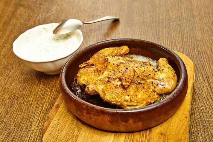 Цыпленок табака со сметанно-чесночным соусом