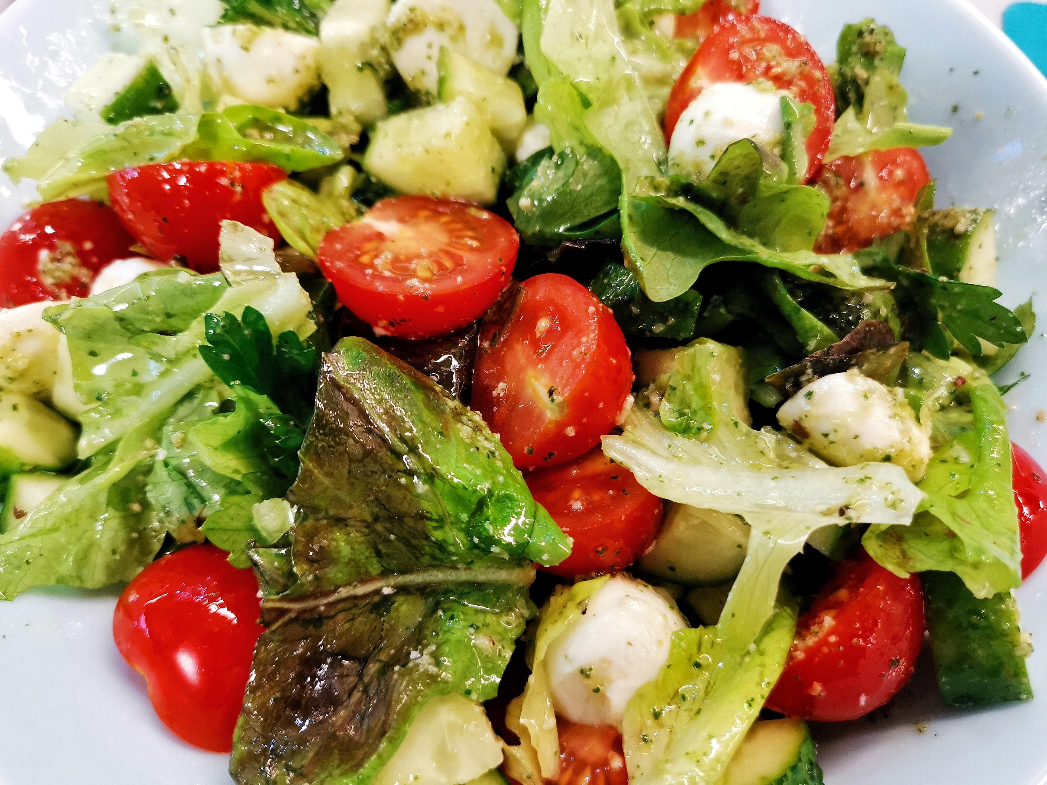 Классический салат с моцареллой и соусом песто