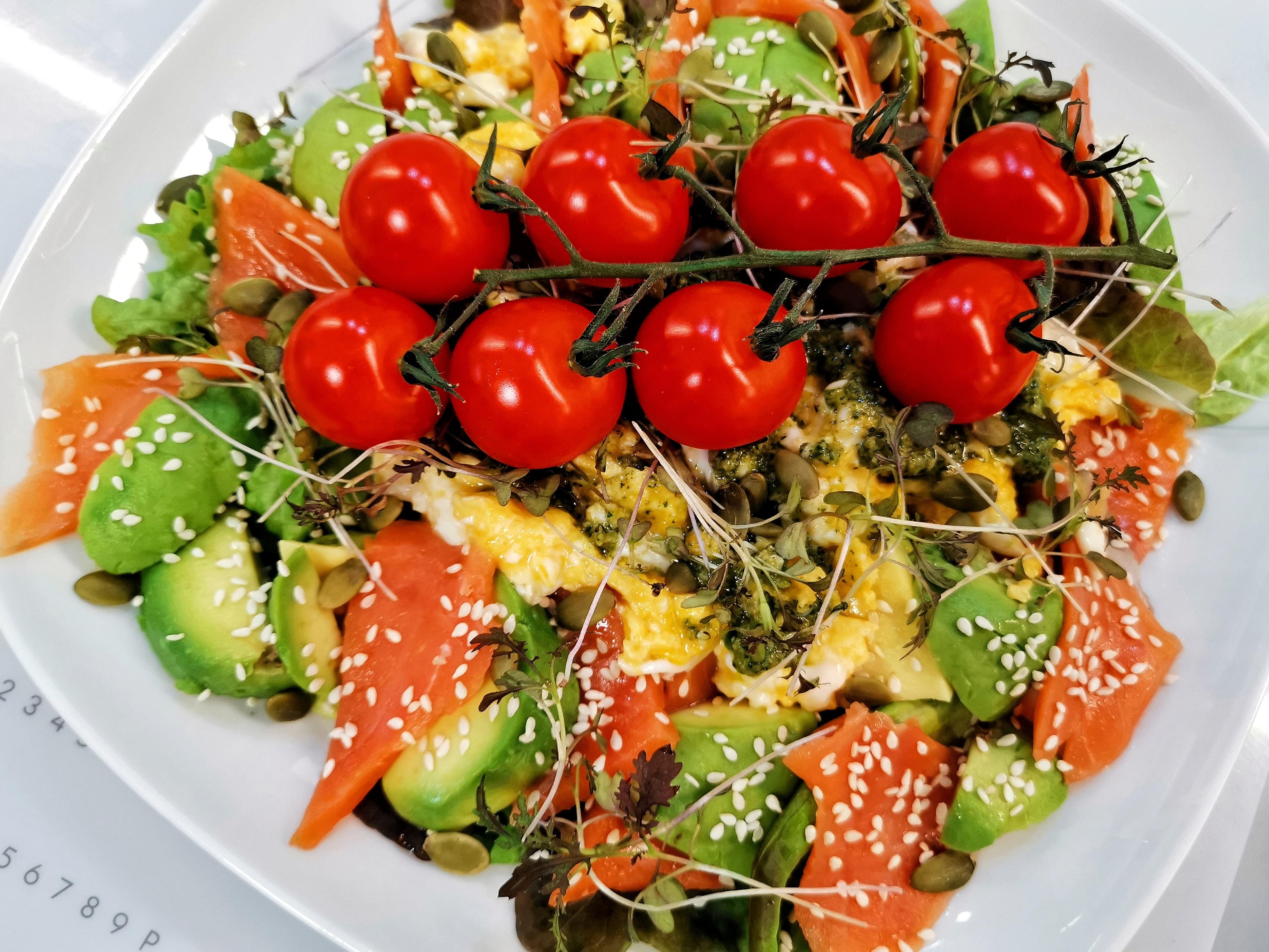 Салат из кижуча с авокадо и соусом песто