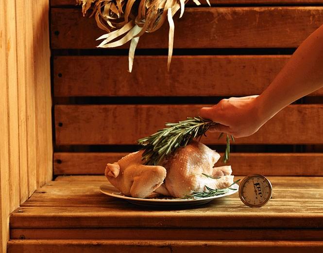 Для измерения температуры внутри курицы понадобится термометр-щуп.