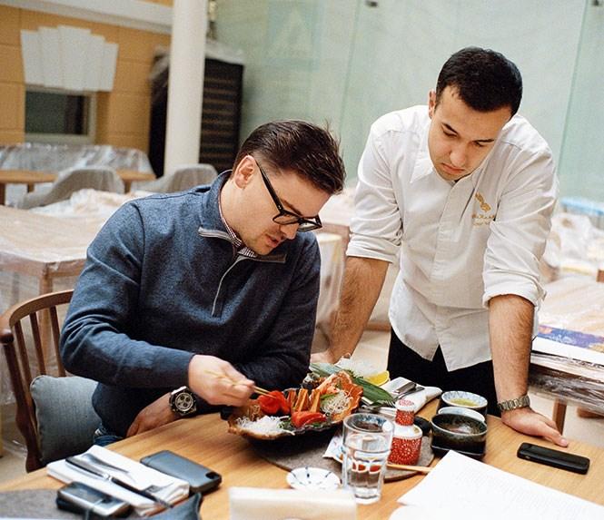 Ресторатор Борис Зарьков (слева) — главный ревизор всего, что делает Мухин: этот человек нутром чувствует, что будет есть Москва, а что проклянет навеки.