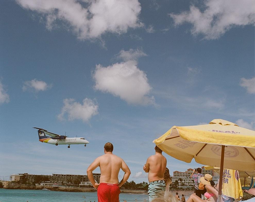 Перед приземлением в аэропорту Принцессы Юлианы самолеты пролетают над пляжем так низко, что ради этого представления на острове Святого Мартина собираются туристы и споттеры со всего мира.