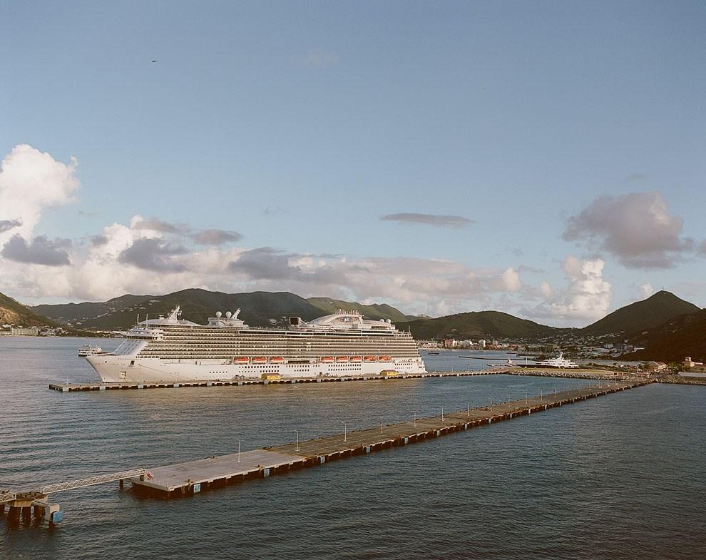 Порт самого маленького в мире обитаемого острова — Святого Мартина, — который все же поделили между собой Франция и Голландия.