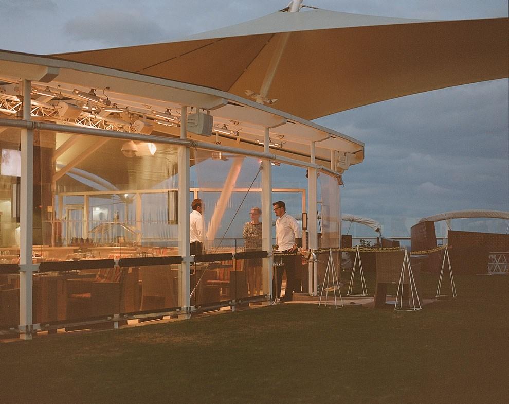 Живой газон и веранда на верхней палубе — это кафе Lawn Club Grill; здесь можно самостоятельно приготовить барбекю, а иногда на площадке устраивают концерты.
