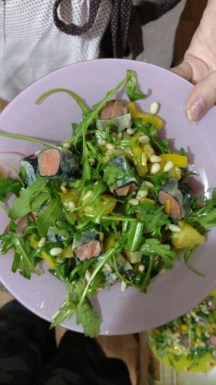 Овощной салат с красной рыбой — рецепт с фото
