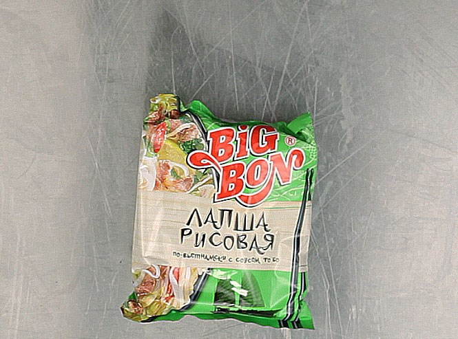 Рисовая лапша с соусом фо-бо Big Bon. Ничего удивительного, что бульон показался близким к обозначенному: сделано во Вьетнаме по заказу компании «Маревен», той самой, что придумала «Роллтон». Big Bon — это ее марка, созданная, как написано на сайте компании, для активной молодежи. Лапша сделана из рисовой муки, тапиокового крахмала, воды и соли. В бульоне — ароматизатор «говядина» (что бы это ни значило), сушеные лук, чеснок и помидоры, кориандр, морковь, соевый текстурат (оно же соевое мясо) и ксантовая камедь, усиленные глютаматом натрия. Производитель предупреждает, что продукт может содержать незначительное количество сельдерея, продуктов переработки яиц и молока. Видимо, на том же оборудовании что-то делают они из сельдерея и молока; будьте осторожны, если что. 22 рубля 59 копеек.