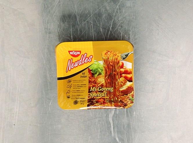 Лапша «Ниссин Ньюдлс» Mi Goreng Special» сделана японской момофуковской компанией Nissin в Индонезии и для индонезийского рынка: все надписи, соответственно, на соответствующем языке. Вкус складывают сахар, соль, чесночный порошок, молотый чили, белый перец, соевый соус, куриный ароматизатор, лук, морковь и текстурированная соя. Ну и глютамат натрия, конечно. 116 рублей.