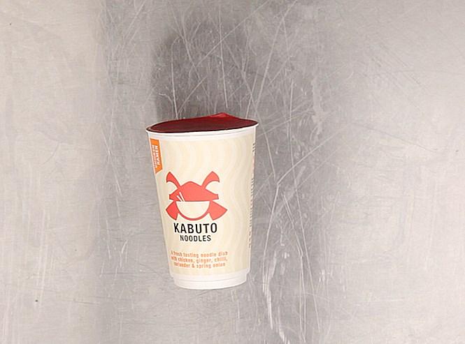 «Суп «Kabuto Noodles курица рамэн» — так официально называется эта лапша: звучит как гугл-перевод с японского, но на самом деле это британская марка. Сделано в Бристоле. Очень длинная, красивая яичная лапша, приправленная лактозой, сахаром, луком, зеленым луком (британская точность: 2,7%), курицей (снова она: 2,9%), красным перцем, экстрактом дрожжей, овощным маслом, сухим соевым соусом, имбирем, чили, кинзой чесноком и сухим солодовым уксусом. Сухим! Солодовым! Уксусом! Самая дорогая лапша среди четырнадцати — 325 рублей.
