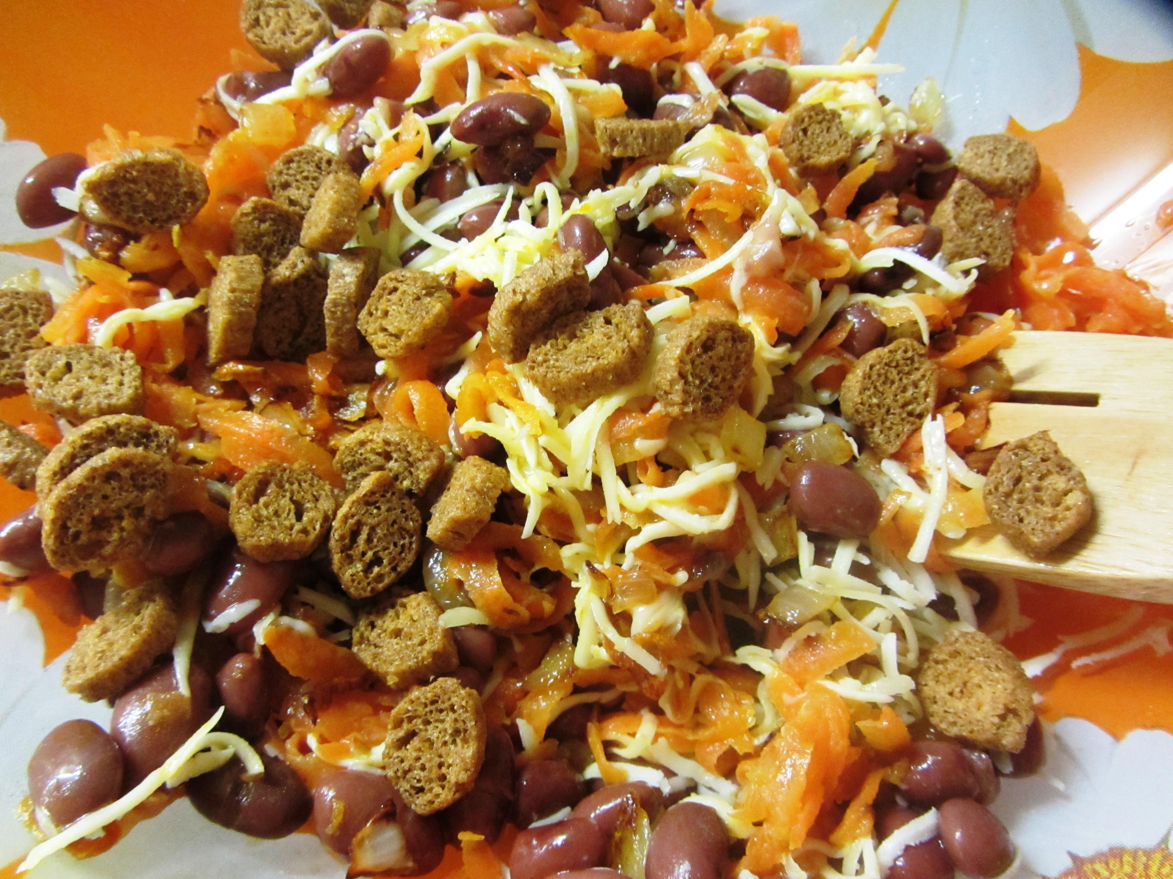 Теплый салат с фасолью и сыром