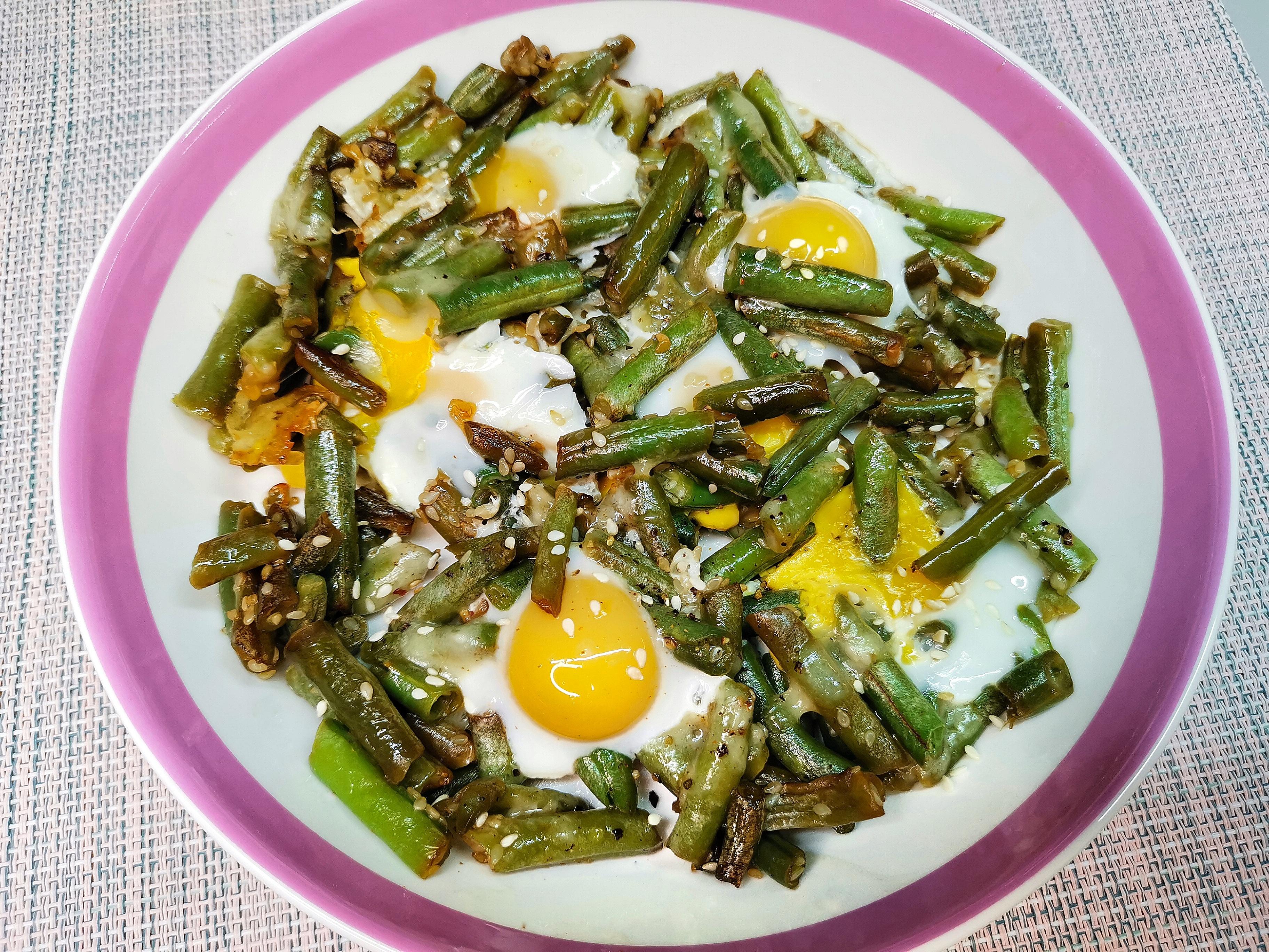 Стручковая фасоль с сыром и перепелиными яйцами