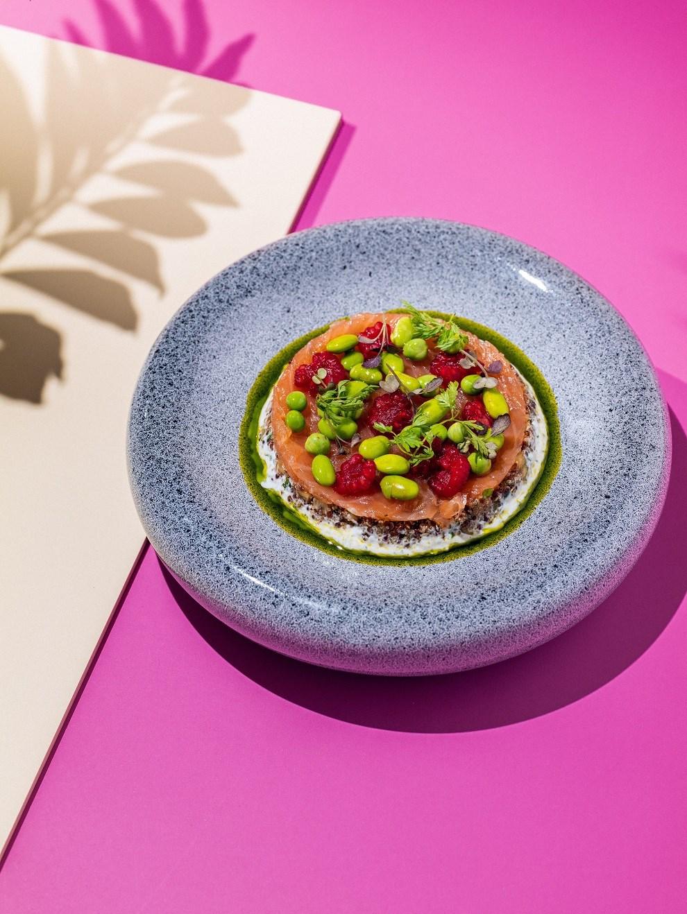 Салат табуле из амаранта с лососем и соусом дзаздики