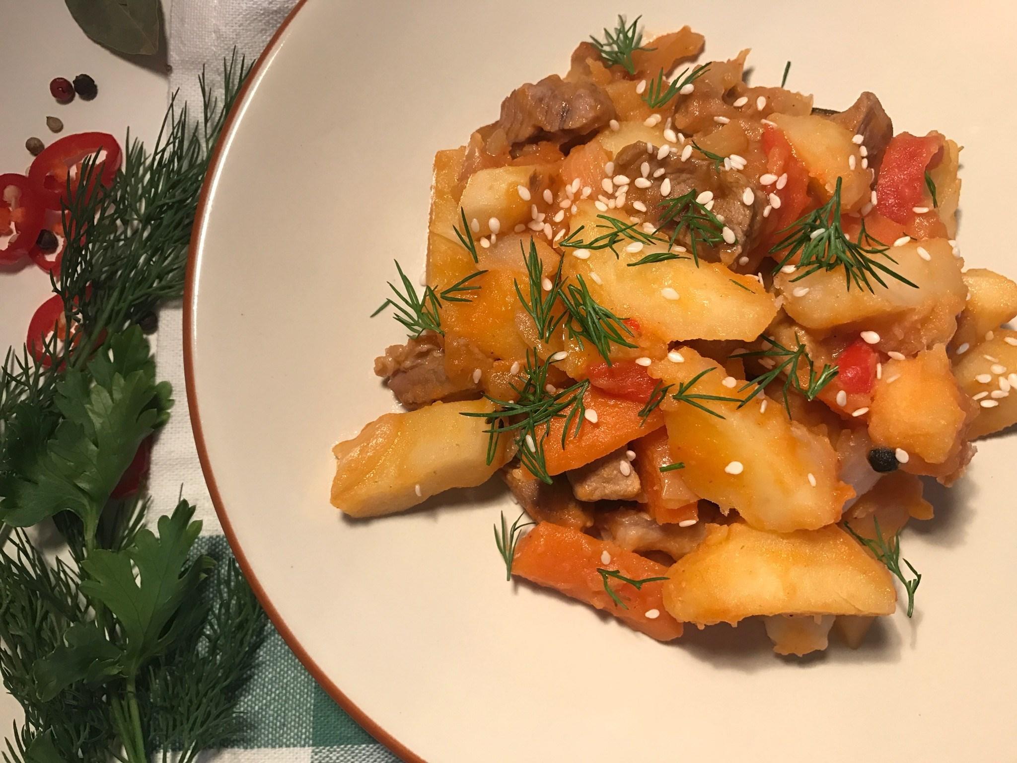 Тушёная картошка со свининой и лечо