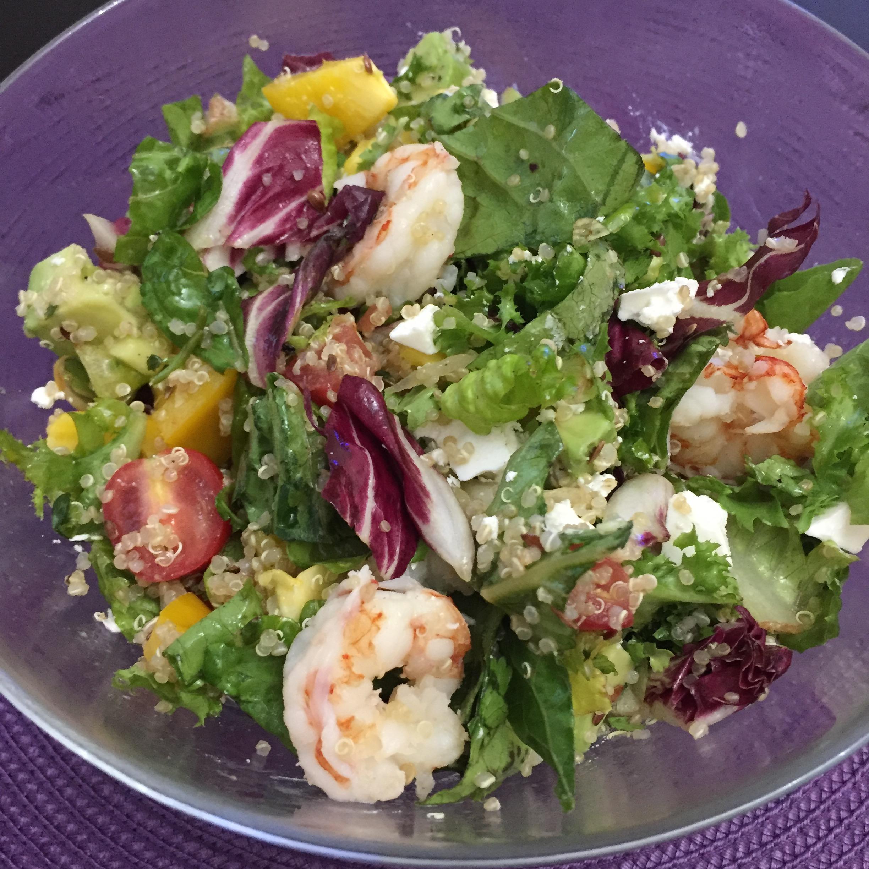 Легкий салат с киноа и креветками