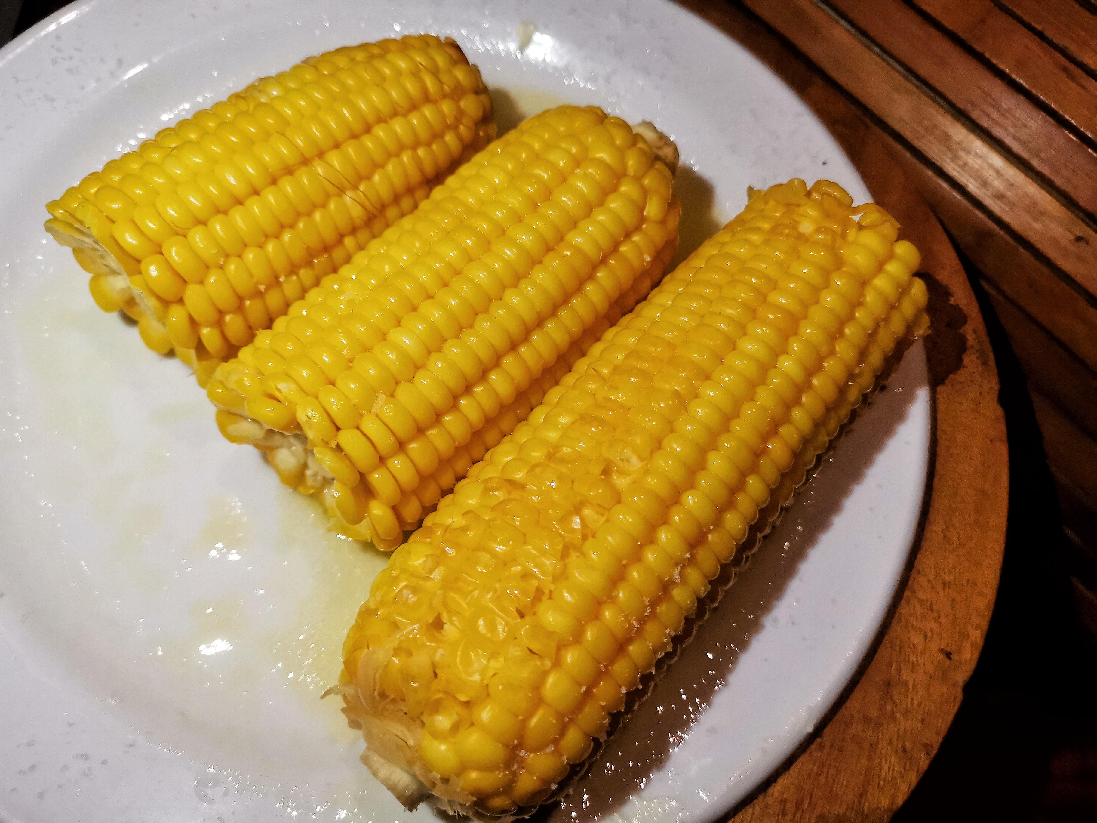Вареная сливочная кукуруза с солью