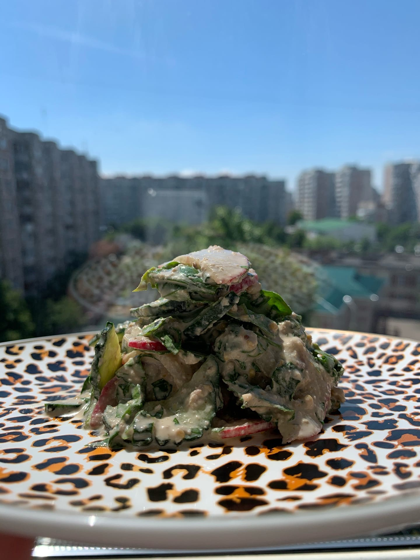 Салат из зелени с ореховой заправкой
