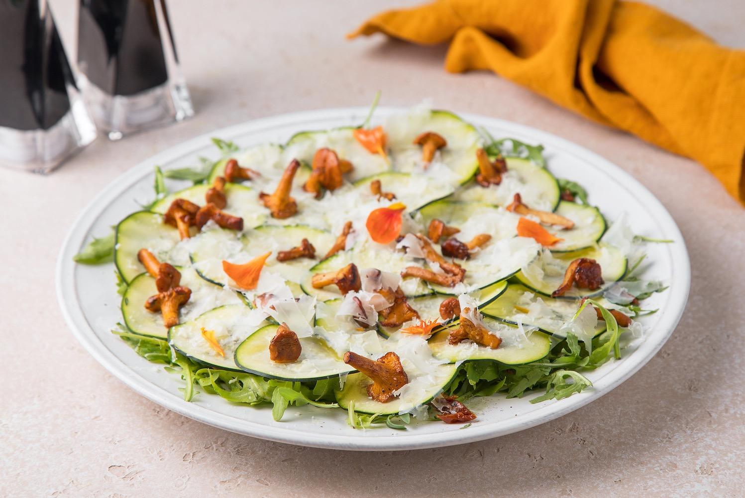 Салат с хрустящими цукини, лисичками и сыром пекорино