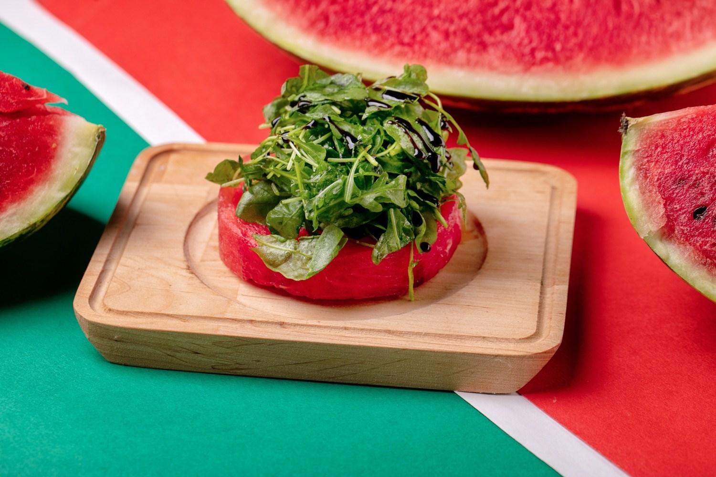 Салат с арбузом и руколой