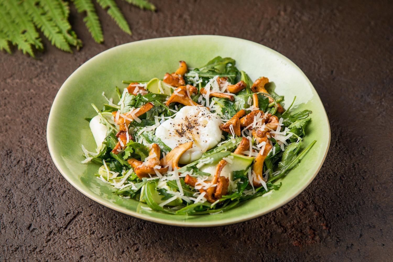Салат с лисичками, руколой и яйцом пашот