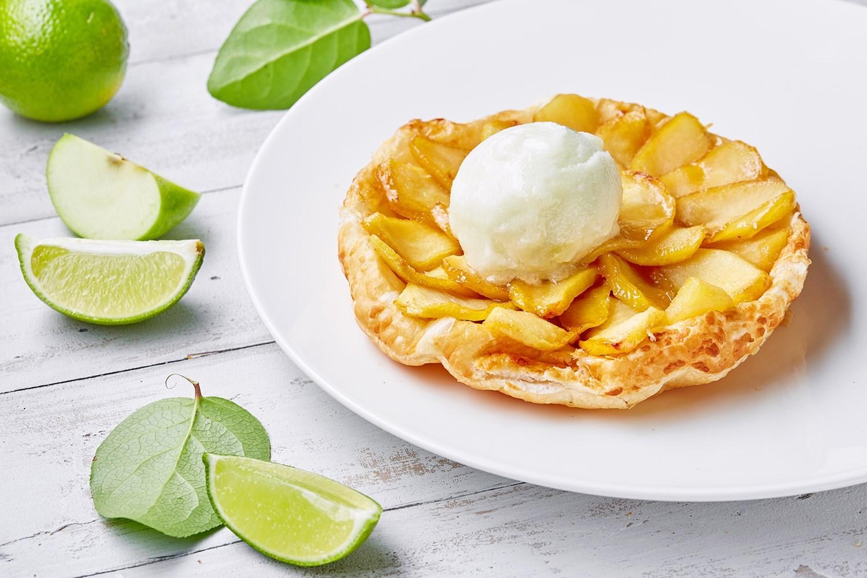 Яблочный тарт татен с мороженым