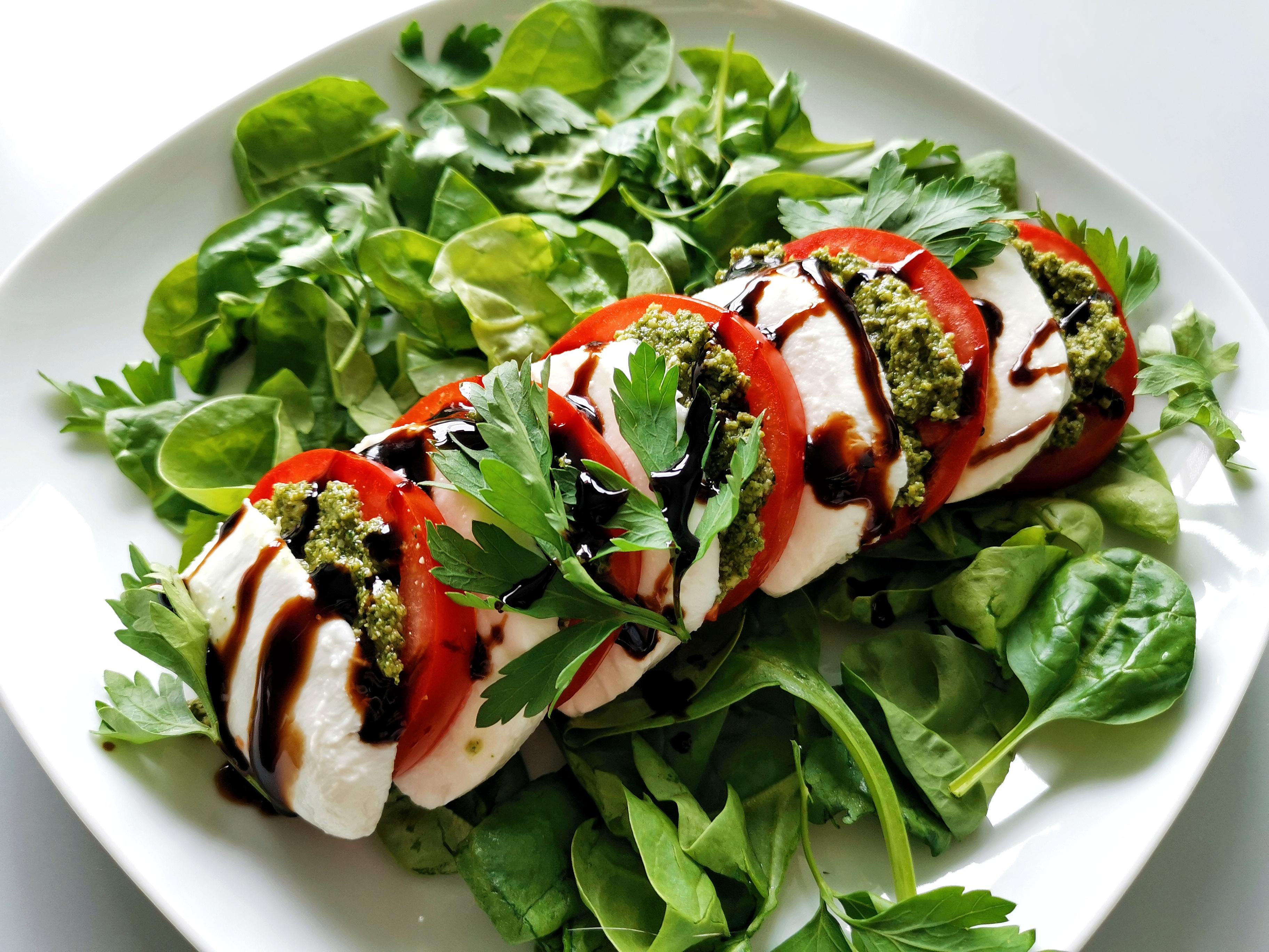 Салат капрезе со шпинатом