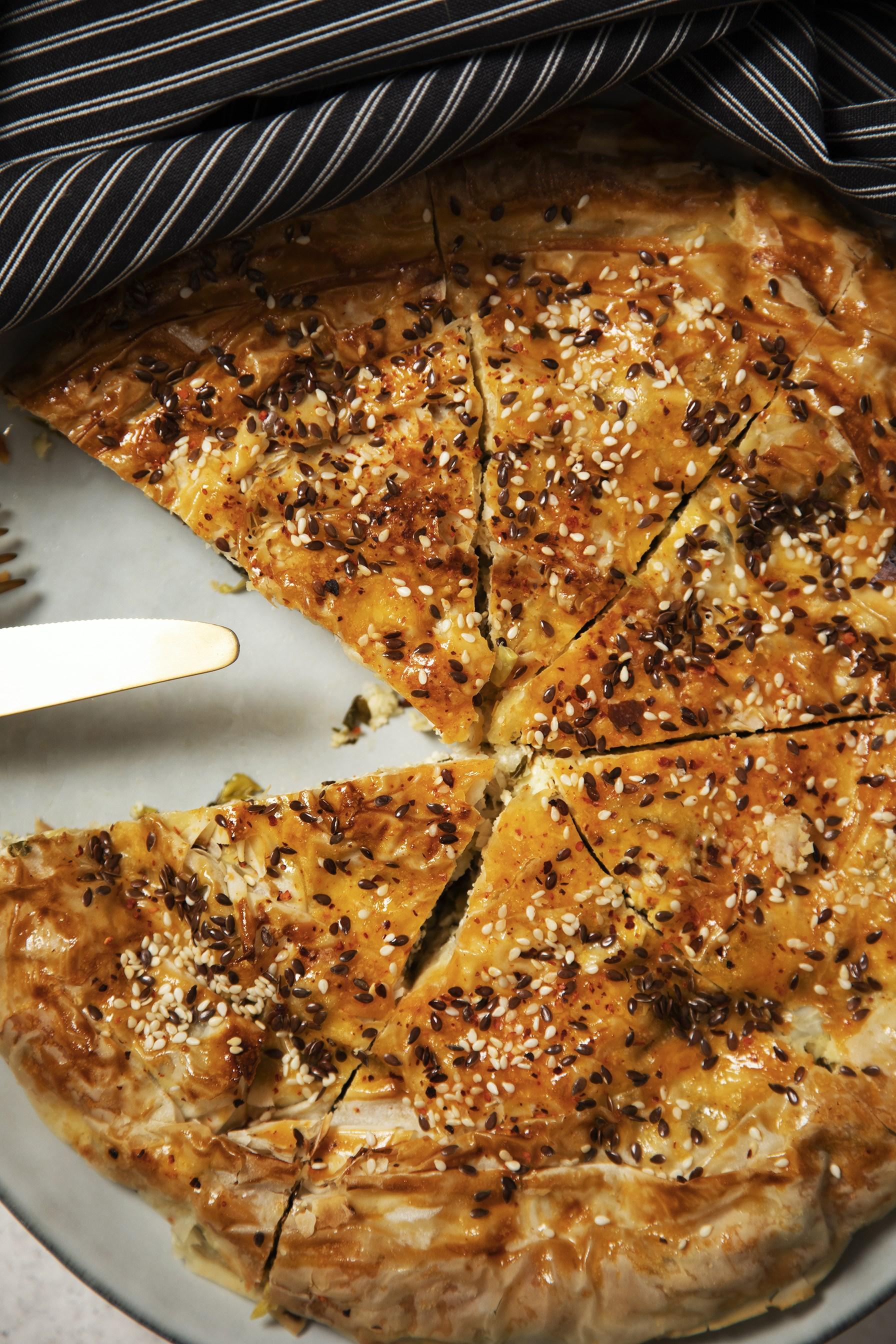 Пирог из теста фило с фетой, творогом и шпинатом