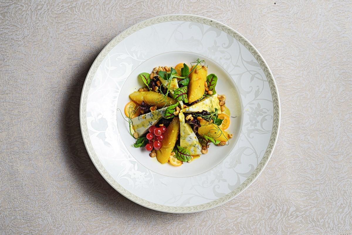 Салат с томленой грушей и сыром дор-блю