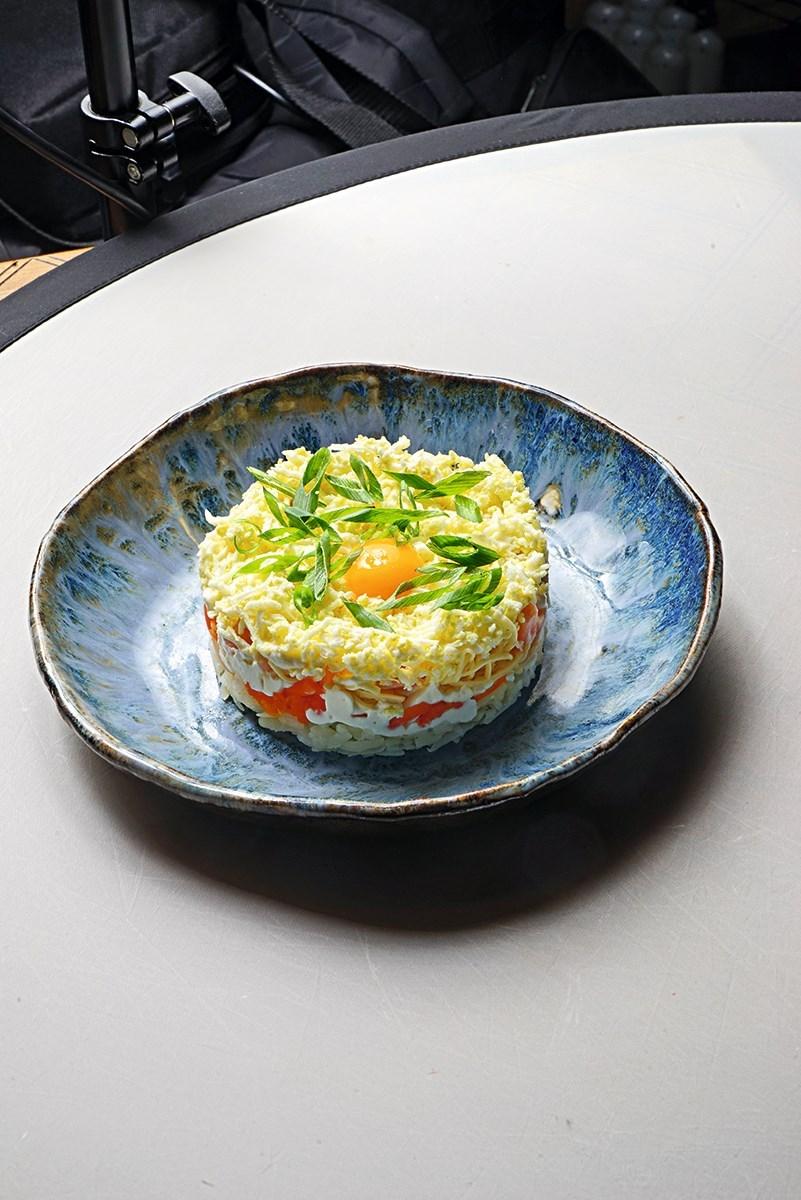 Салат «Мимоза» с лососем и моцареллой