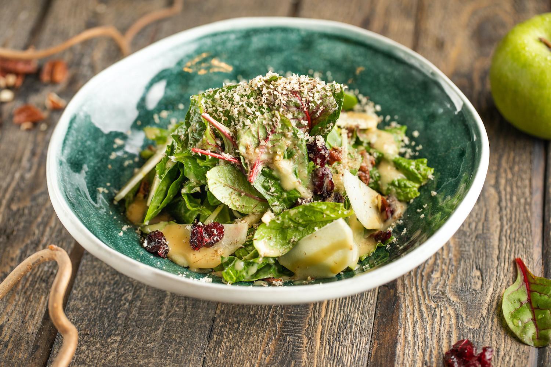 Салат со шпинатом, клюквой, грушей и орехом пекан