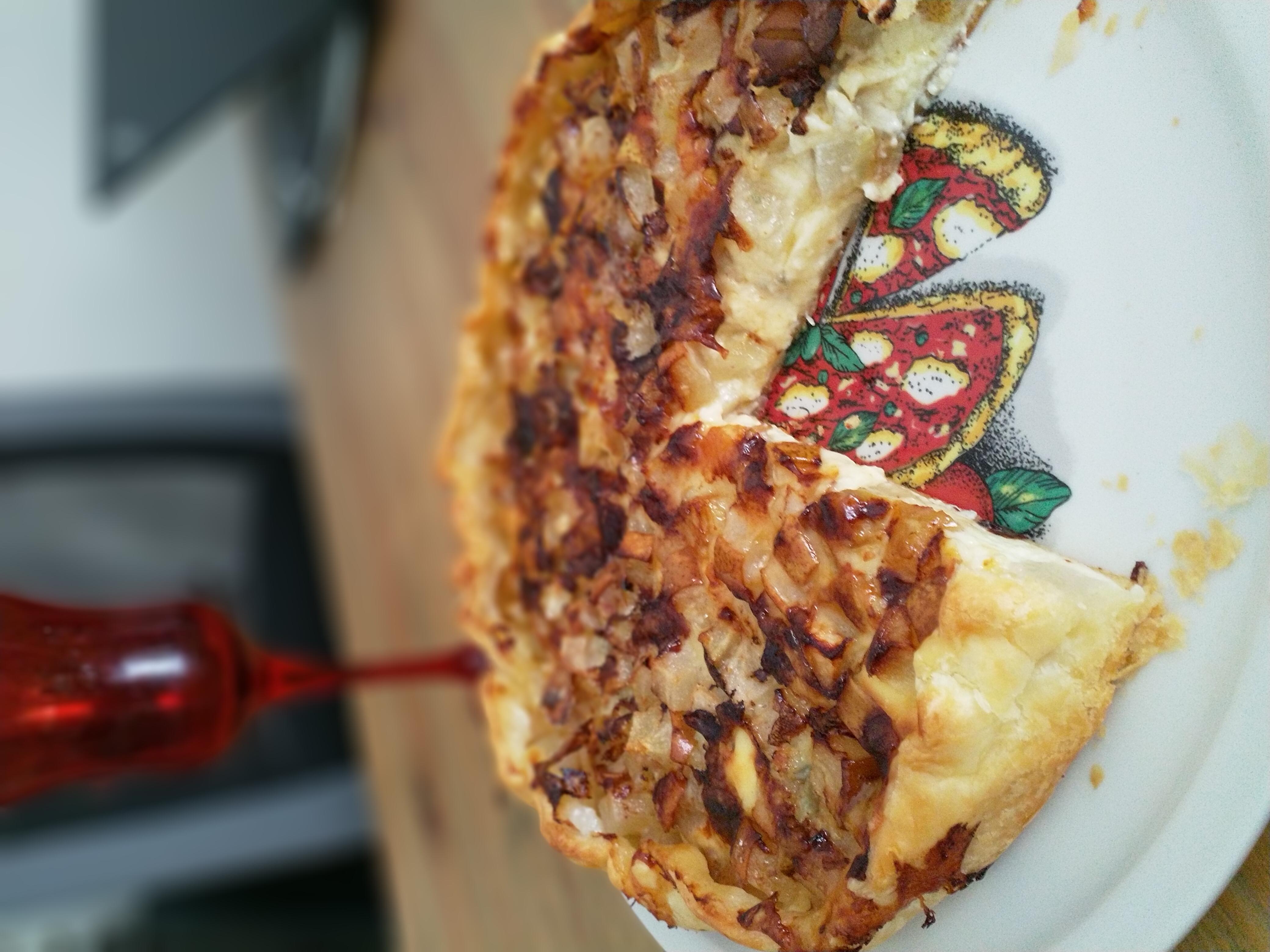Пирог с кремом, горгонзолой и грушей